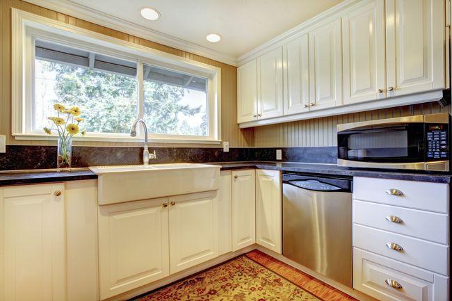 Стоит ли переносить кухонную раковину к окну?