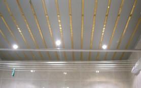 Ремонт на практике: выбираем материал для отделки потолка в санузле