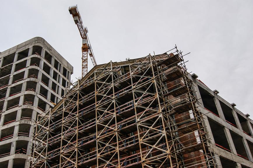 Власти сокращают строительство дешевого жилья в регионах