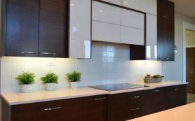 Керамическая плитка светлых оттенков в декоре кухни