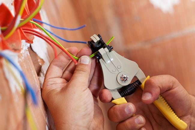 Как правильно выполнить схему разводки электрики в квартире