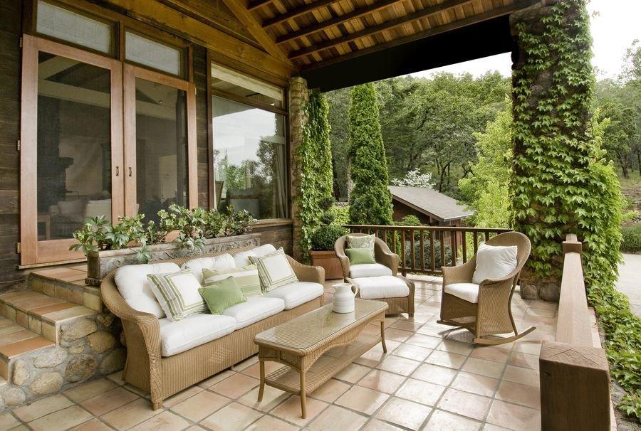 Как оформить веранду загородного дома?