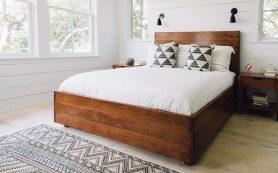 Сочетание белого цвета и натурального дерева в интерьере спальни