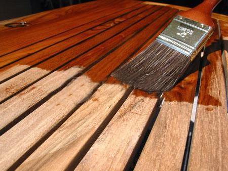 Что продлит срок службы деревянного пола: лак, масло или воск?
