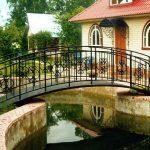 Мостик через пруд – визитка вашего сада