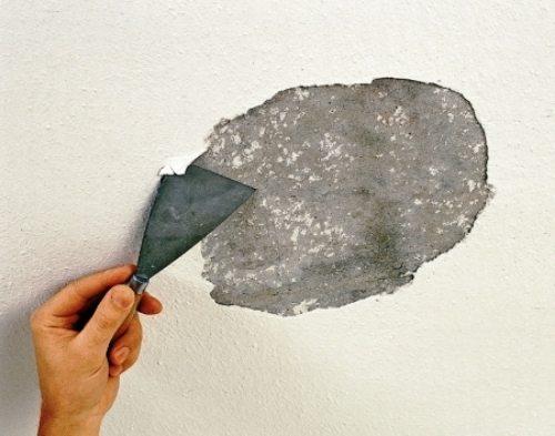 Удаляем старые обои из поверхности потолка.