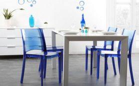 Пластиковые стулья отлично подходят для кафе, квартиры и загородного дома