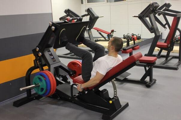 Силовые тренировки для атлетов: использование особого снаряжения и тренажеров
