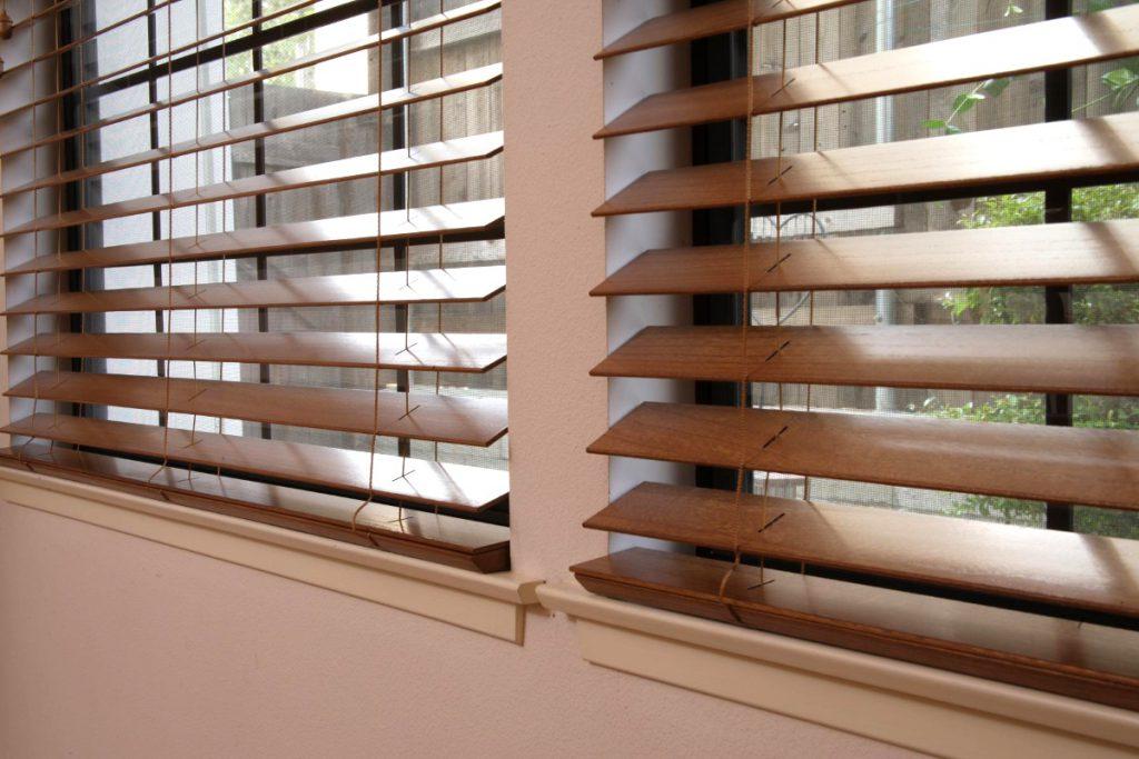 Стильное оформление окон — деревянные жалюзи