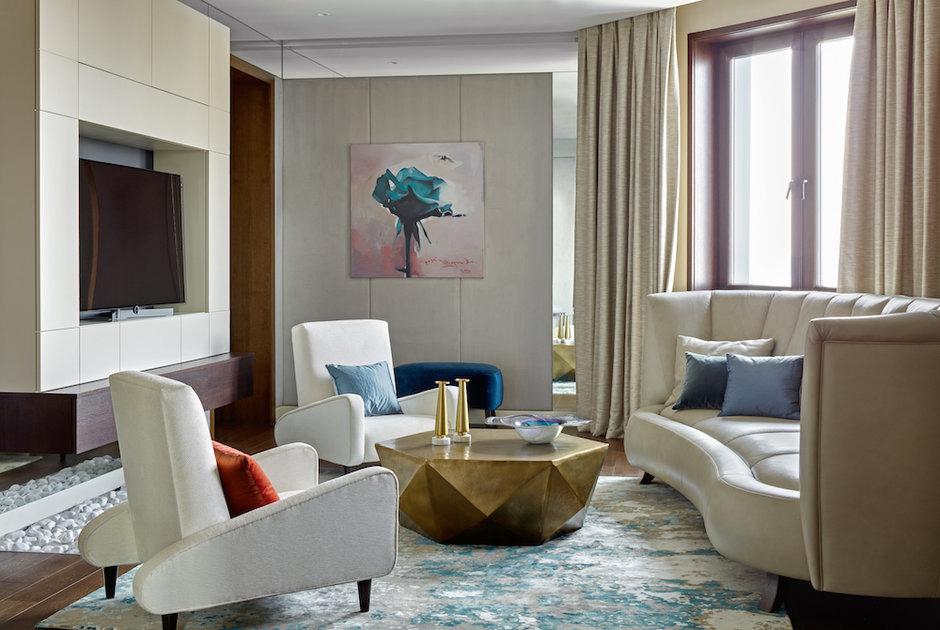 Элегантная квартира, наполненная современной живописью и оригинальными решениями