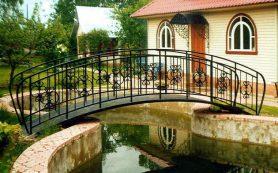 Мост через пруд – визитка вашего сада