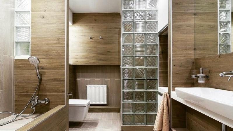 Стеклянные блоки в интерьере: где, как и почему их стоит применять