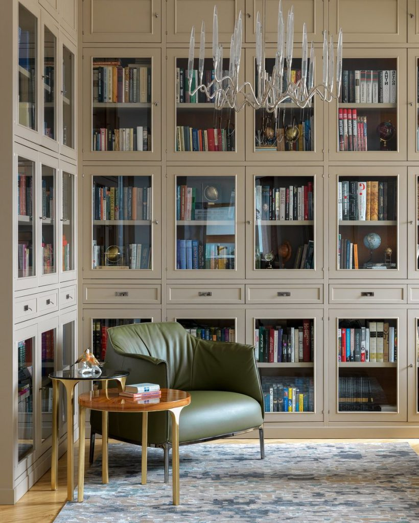 Дизайн светлой квартиры с большой библиотекой