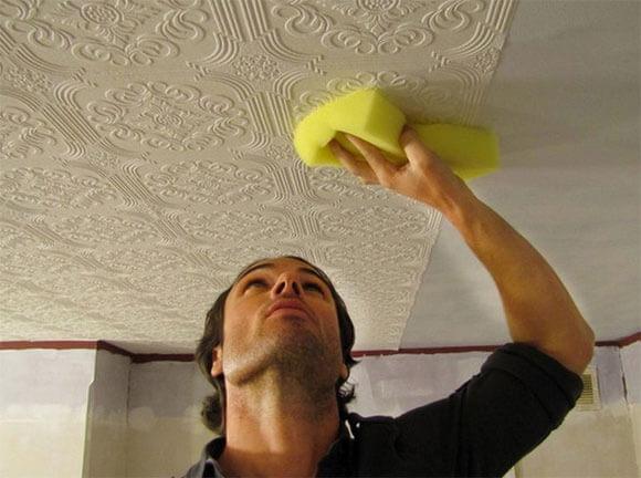 Оклейка потолка обоями и преимущества отделки
