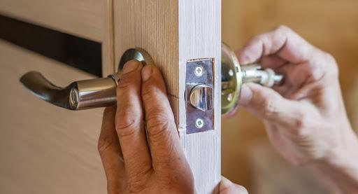 Замки для межкомнатных дверей: функции и правила выбора
