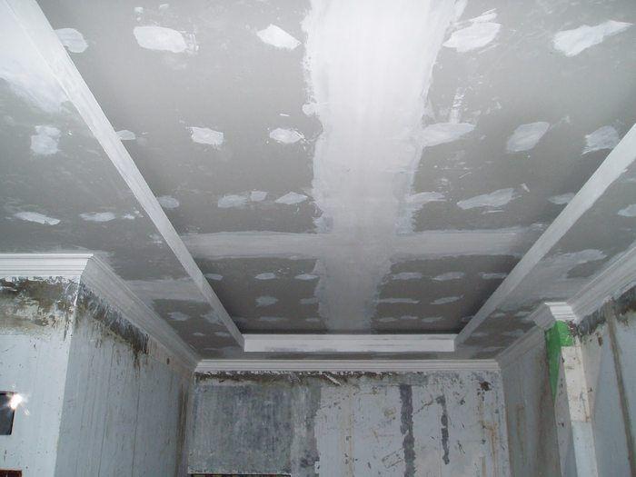 Шпатлёвка потолка под покраску — рекомендации специалиста