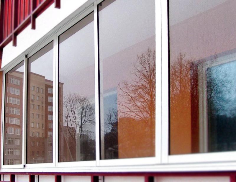 Самые популярные варианты остекления балкона