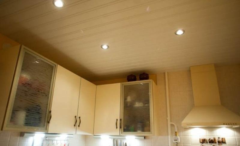 Потолок на кухне — какой лучше сделать?