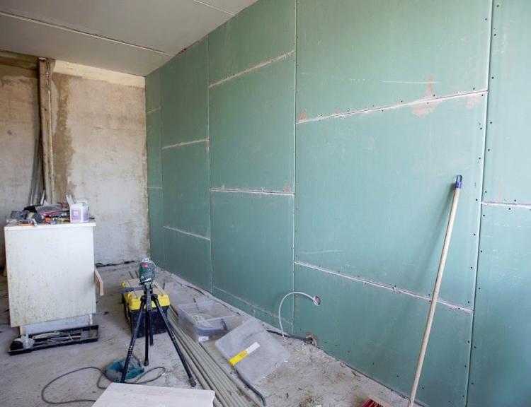 Выравнивание стен гипсокартоном: каркасный и бескаркасный способы