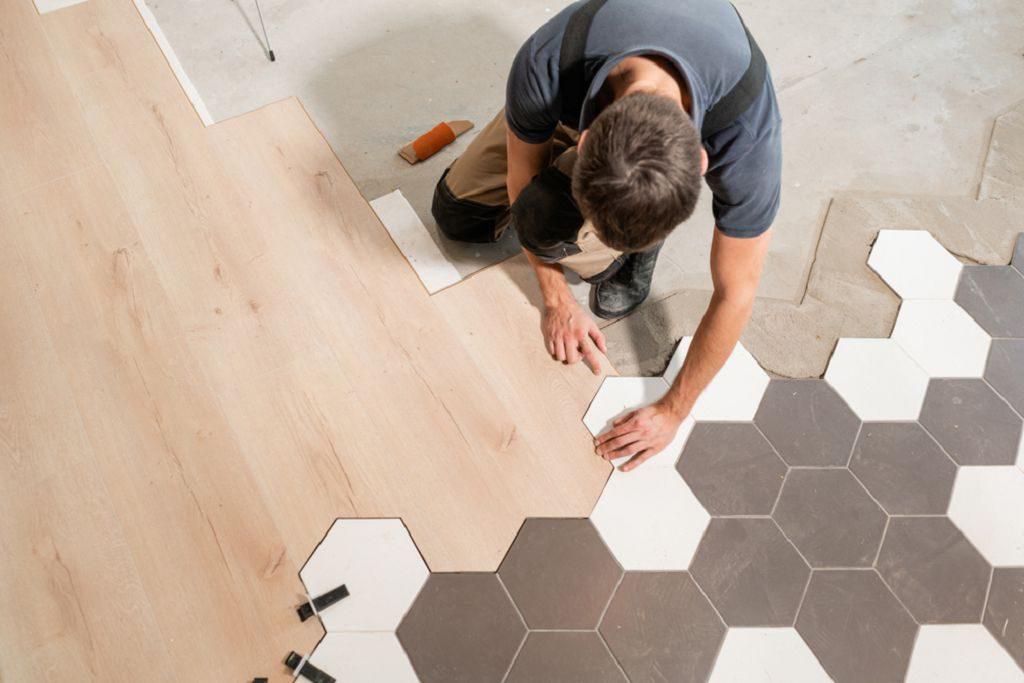 Как стыковать разные материалы на полу и нужно ли это делать