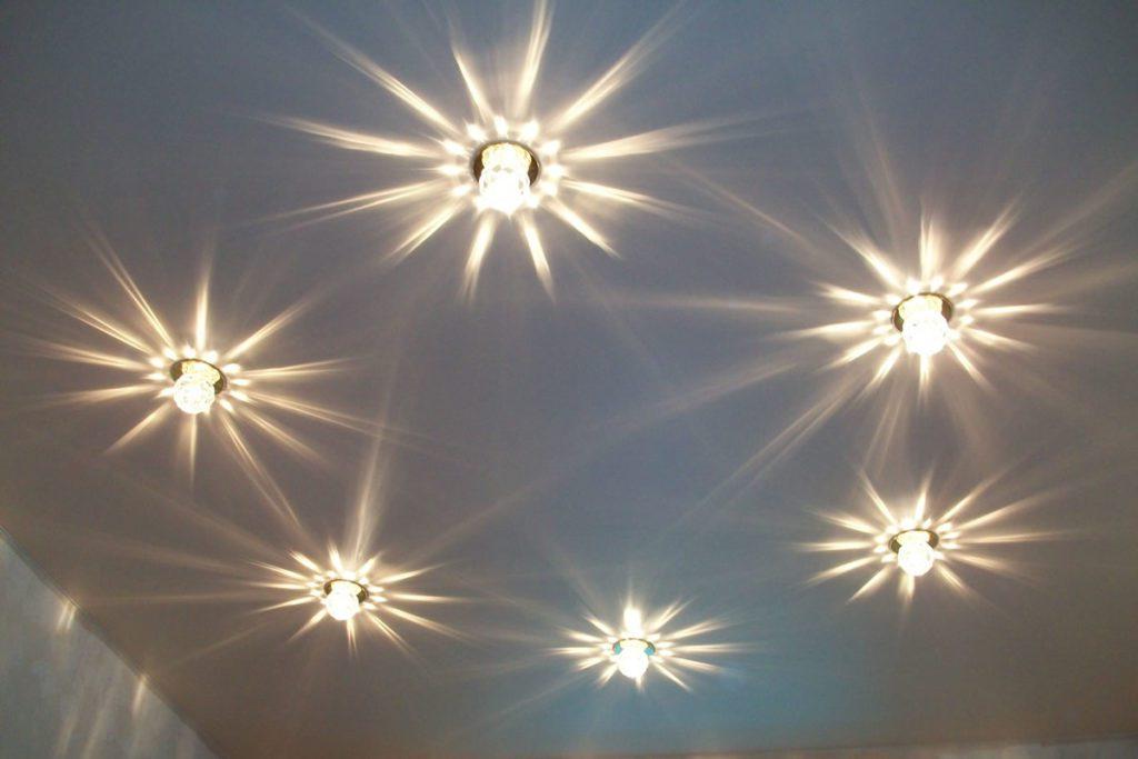 Как лучше и правильно расположить точечные светильники на натяжном потолке