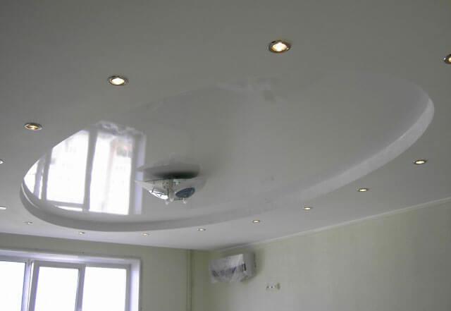 Какой натяжной потолок лучше сделать – матовый или глянцевый?