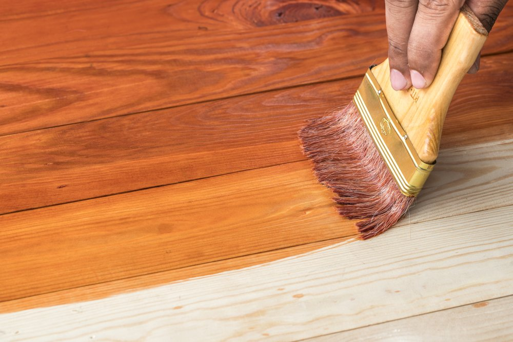 Чем лучше покрасить деревянный пол в доме или на даче: советы профессионалов