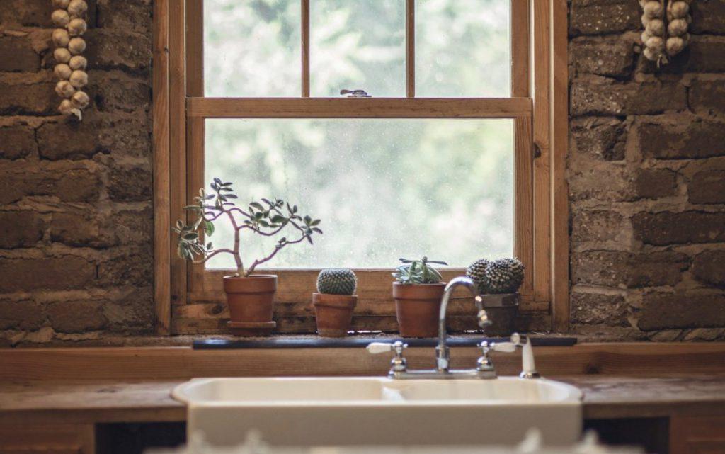 Как правильно ухаживать за деревянными окнами